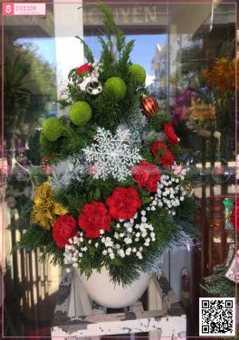 chậu thông noel bằng hoa lá tươi - mẫu 8 - D31109 - xinhtuoi.online